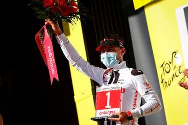 Marc Hirschi en el podio. El ciclista suizo se quedó con la etapa 12 y celebró su primera victoria en una etapa del Tour de Francia