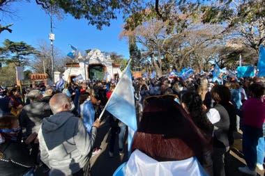 Uno de los puntos donde hubo una mayor concentración de personas fue en la puerta de la Quinta de Olivos donde reside el presidente Alberto Fernández
