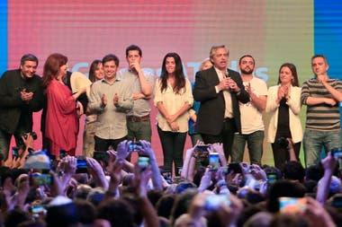 La noche del triunfo electoral: Vanesa Siley está en el exclusivo escenario junto con Cristina Kirchner, Alberto Fernández y la cúpula de La Cámpora
