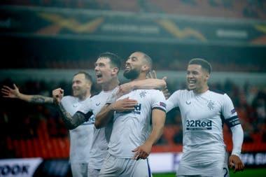 Kemar Roofe (centro) festeja junto a sus compañeros el brillante segundo gol de Rangers.