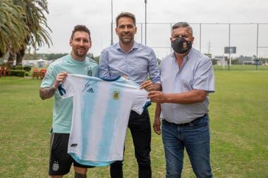 Lionel Messi le regala una camiseta autografiada a Santiago Carreras, el hombre de Máximo Kirchner en el mundo del fútbol; los acompaña Claudio Tapia, presidente de la AFA