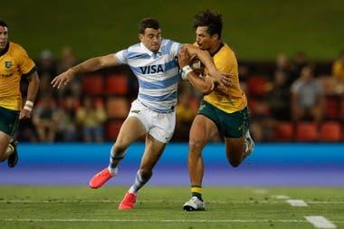 Emiliano Boffelli tacklea a Jordan Petaia durante el partido que disputan Los Pumas vs los Wallabies en Newcastle, Australia.