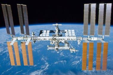 La Station spatiale internationale a été lancée le 20 novembre 1998 et habitée par un équipage humain sans interruption depuis le 2 novembre 2000.