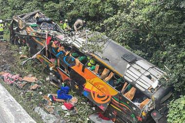 Un autobús de turismo que perdió el control hoy en una carretera cerca del municipio de Guaratuba, estado Paraná, Brasil; al menos 21 personas murieron y otras 33 resultaron heridas, nueve de ellas de gravedad.