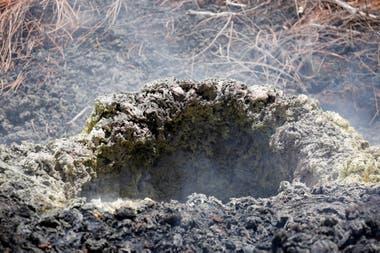La lava y los gases siguen saliendo por varios puntos del sistema de fisuras; con las últimas grietas registradas ya suman 19 las fisuras provocadas por el volcán en erupción