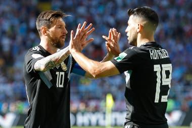 Messi festeja con Sergio Agüero, autor del gol de Argentina