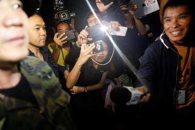 Soldados y rescatistas tailandeses buscan a los niños desaparecidos en el complejo de Tham Luang