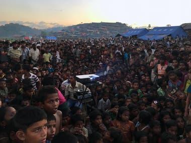Niños rohingya viendo una película sobre la salud y saneamiento cerca del campo de refugiados de Tangkhali en Ukhiya
