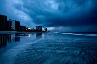 La gran tormenta se debilitó a categoría 2 durante la noche, pero los meteorólogos advirtieron que todavía podría haber vientos de hasta 175 km
