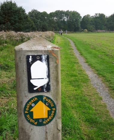 La señalización del camino es clara y usa como ícono una bellota