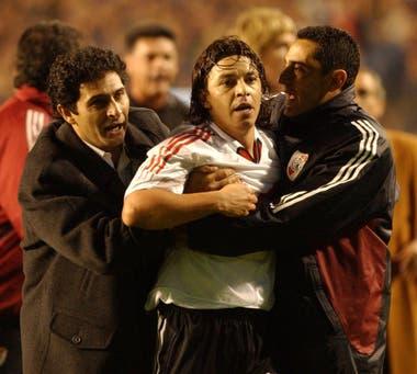 Astrada y Hernan Diaz tratan de calmar a Gallardo, después de la expulsión, foto tomada el10 de junio de 2004