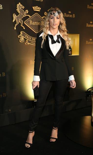 Soledad Fandiño combinó un sexy black tie con un fascinator