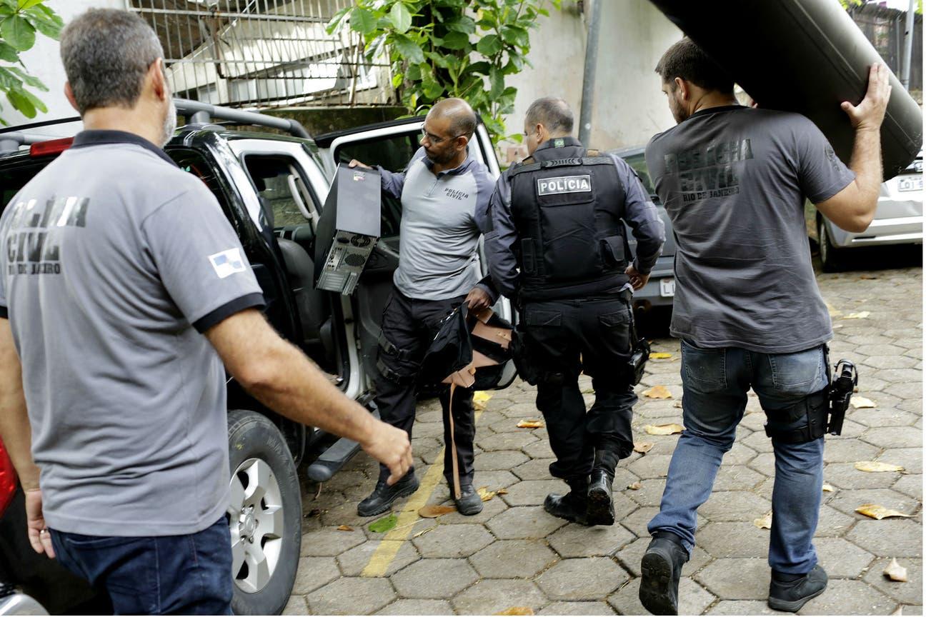La policía confisca objetos de la casa donde fueron detenidos los sospechosos