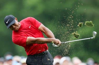 Un imparable Tiger Woods en la última vuelta, frente a la caída de Francesco Molinari, líder hasta los primeros 54 hoyos