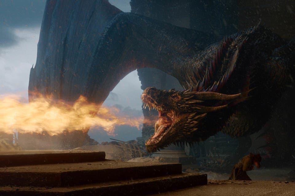 Drogon, furioso, derrite el Trono de Hierro