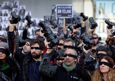 11 de julio 2018. Camarazo frente a Telam. Reporteros gráficos nucleados en ARGRA, se manifestaron frente a la redacción de la Agencia Nacional de Noticias Télam, en repudio a los más de 300 empleados despedidos.