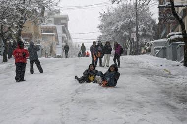 Bariloche amaneció cubierta de nieve en una fecha clave para el turismo