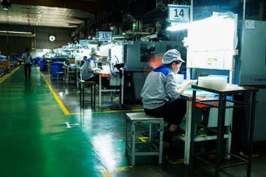 Trabajadores de Bac Viet Technology en Bac Ninh. La compañía produce pequeñas piezas de plástico para Canon, Korg y Samsung
