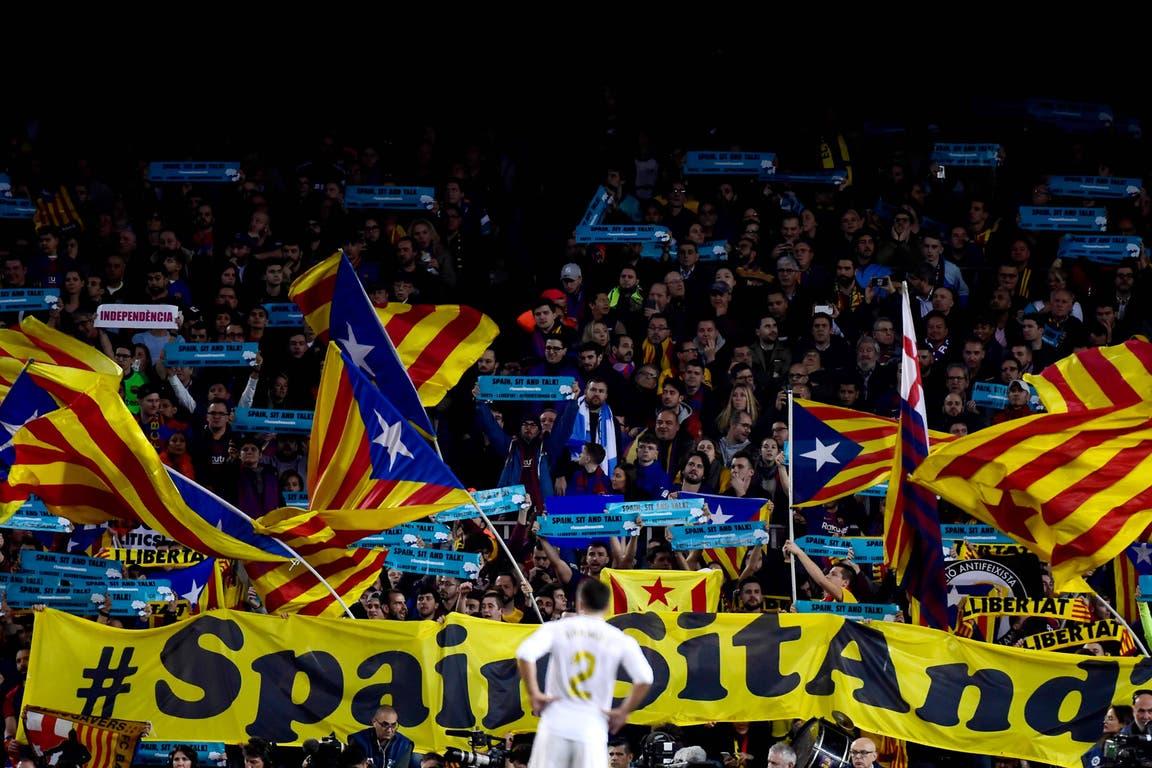 La senyera, la bandera de Cataluña, fue portada por varios hinchas en el Camp Nou