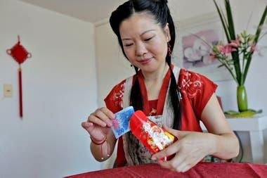 Los sobres rojos con dinero, un regalo para los niños y los solteros, son una típica tradición