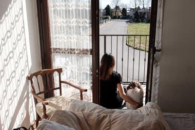Una madre y su hija cumplen con la cuarentena en en San Fiorano, Italia