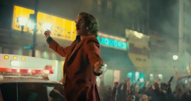Fragmento de la película Joker donde el protagonista baila sobre un patrullero