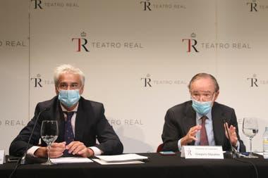 El director general del Teatro Real, Ignacio García-Belenguer Laita; y el presidente, Gregorio Marañón y Bertrán de Lis, durante una rueda de prensa para ofrecer las explicaciones pertinentes tras la protesta de ayer por la falta de distancia de seguridad que denunciaron algunos espectadores
