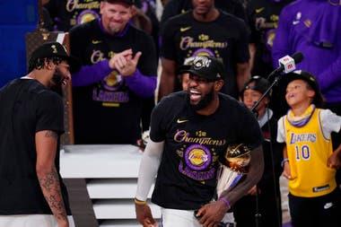 LeBron James, con el trofeo del MVP