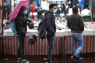 Clientes en el Lewisham Market, en Londres