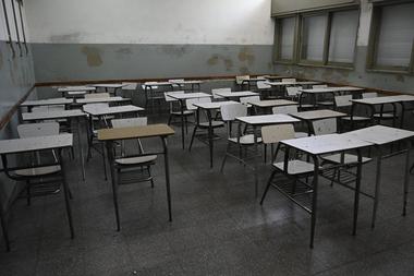 Vista de un aula vacía en una escuela secundaria en Buenos Aires, Argentina, el 13 de octubre de 2020, reabierta el año pasado solo para estudiantes en clases temporales en el patio