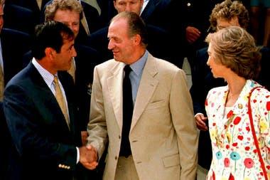 El Rey Juan Carlos de España acompañado por la Reina Sofía, le da la mano al capitán del equipo europeo Severiano Ballesteros en la ceremonia de apertura de la Ryder Cup en Valderrama el jueves 25 de septiembre de 1997