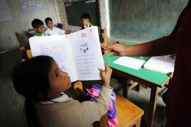 En las aulas presenciales se da el contacto visual que enriquece el aprendizaje, explica Baldeón.