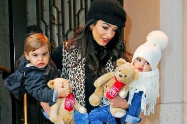 Amal junto a los mellizos, Ella y Alexander