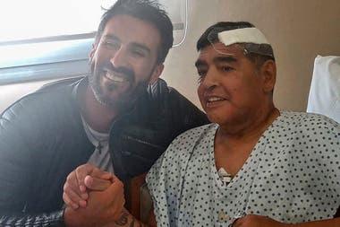 El médico Leopoldo Luque, junto a Diego Maradona, poco después de la operación realizada en noviembre pasado