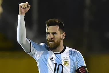 Lionel Messi, el capitán argentino, debe una fecha de suspensión por la tarjeta roja recibida en el partido por el tercer puesto de la Copa América de Brasil 2019, por lo que no estará en la Bombonera frente a Ecuador.