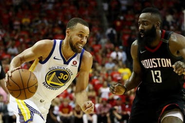 Stephen Curry encara frente a la marca de James Harden, de Houston
