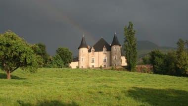 El edificio que ahora es el castillo comenzó como una simple torre de vigilancia hace 1000 años. Más tarde se convirtió en un fuerte. Y, a comienzos del siglo XVIII, pasó a ser una residencia privada