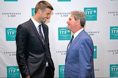 Piqué junto a David Haggerty, presidente de la ITF, el día de la aprobación del cambio de formato de la Copa Davis