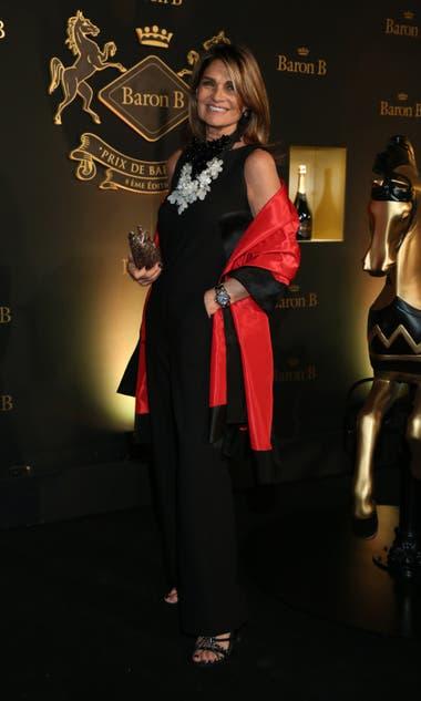 Teresa Calandra combinó un mono negro con un floreado collar XL y chal de raso colorado