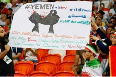 Durante Rusia 2018, aficionados iraníes recordaron la profunda crisis que sufre Yemen