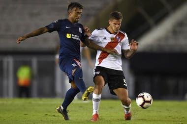 Bruno Zuculini en acción frente a Alianza Lima