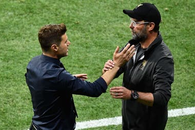 El saludo con Klopp, el técnico de Liverpool que fue rival en la Premier League y en la final de la Champions