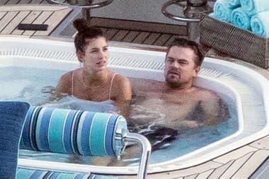DiCaprio, relajado, junto a su novia, en el jacuzzi