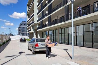 En las dos manzanas habilitadas hay un movimiento incesante de mudanza los edificios se van poblando de vecinos aunque en las calles se percibe la soledad de un barrio en crecimiento