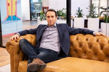 Marcos Galperin fundó Mercado Libre en 1999 en Buenos Aires, luego de estudiar en Stanford; junto a un grupo de colegas, comenzó la empresa en el estacionamiento de un edificio de oficinas propiedad de su familia, en Saavedra