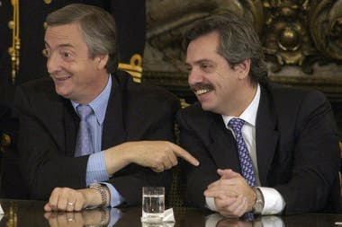 Néstor Kirchner y Alberto Fernández, en abril de 2004. El expresidente convivió con un período sostenido de tasas de interés bajas en Estados Unidos y precios altos de la soja que allanaron la llegada de dólares al país. Algo similar comenzó a ocurrir en la gestión de Fernández en las últimas semana