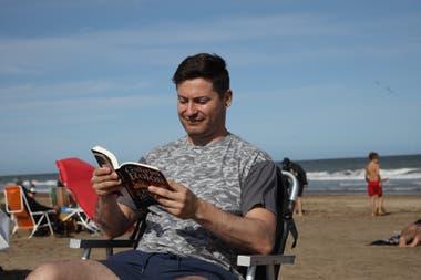 Santiago Silva lee a Gabriel Rolón bajo el sol de Pinamar