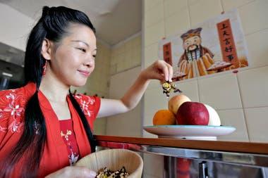 Lilu Liu y una ofrenda al dios de la cocina