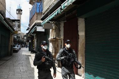 La policía patrulla las calles de Jerusalem, Israel, con barbijos