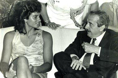 18) En democracia: Gabriela, en diciembre de 1988, junto con Raúl Ricardo Alfonsín, por entonces presidente de la Nación.